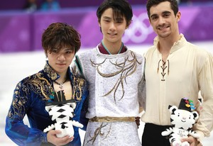 Gangneung (Korea, Republic Of), 17/02/2018.- Gold medal winner Hanyu Yuzuru of Japan (C) celebrates on the podium with silver medal winner Uno Shoma of Japan (R) and bronze medal winner Javier Fernandez of Spain (R) during the venue ceremony after competing in the Free Skating of the Figure Skating Men Single competition at the Gangneung Ice Arena during the PyeongChang 2018 Olympic Games, South Korea, 17 February 2018. (España, Corea del Sur, Japón) EFE/EPA/HOW HWEE YOUNG