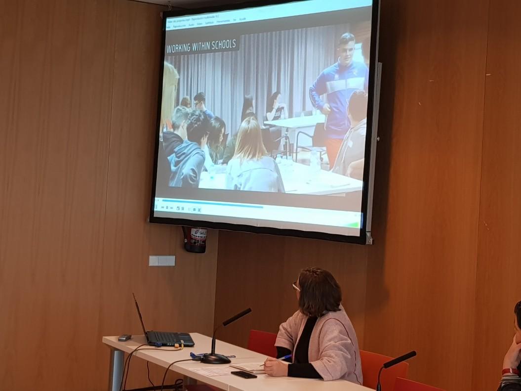 La regidora de Participacióde lAjuntament dEsplugues, Montse Zamora, va presentar el projecte del Consell dInfants.
