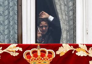 Felipe Juan Froilán, en una ventana del Palacio Real, tras la ceremonia de proclamación del rey Felipe VI que han celebrado en las Cortes.