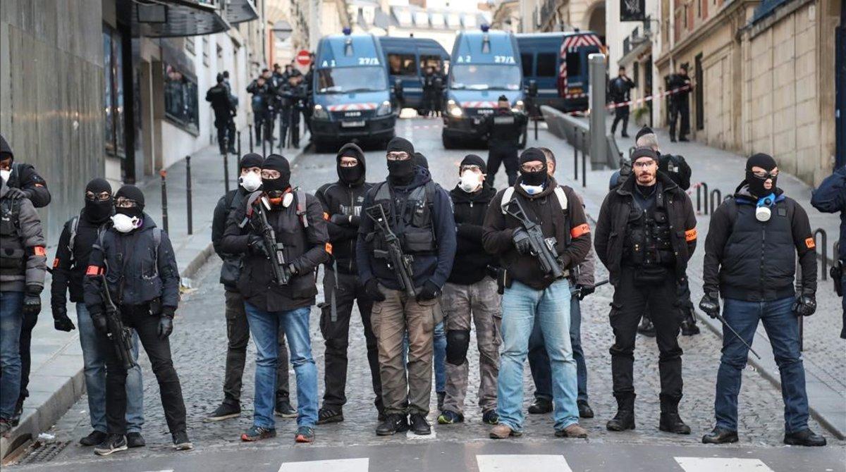 Fuerzas de seguridad cierran el paso en una calle de París.