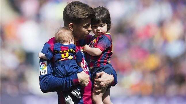 El futbolista Gerard Piqué con sus dos hijos en brazos, Sasha y Milan, fruto de su relación con la cantante Shakira.