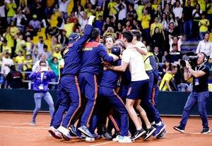 AME2081. BOGOTÁ (COLOMBIA), 07/03/2020.- El equipo de Colombia para la Copa Davis celebra la clasificación a las finales este sábado, en el Palacio de los Deportes en Bogotá (Colombia). Galán, de 23 años, dio este sábado a Colombia la clasificación a las finales de la Copa Davis al vencer por 6-3 y 6-4 a Juan Ignacio Londero, con lo que selló el triunfo 3-1 del equipo, que así viajará por segundo año consecutivo a Madrid. EFE/Mauricio Dueñas Castañeda