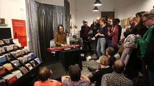 Betacam, en formato acústico, en El Genio Equivocado. La tienda monta saraosy vermuts musicales desde que abrió en septiembre.