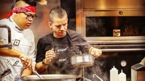 David Muñoz y uno de sus ayudantes, en el restaurante StreetXo de Londres.
