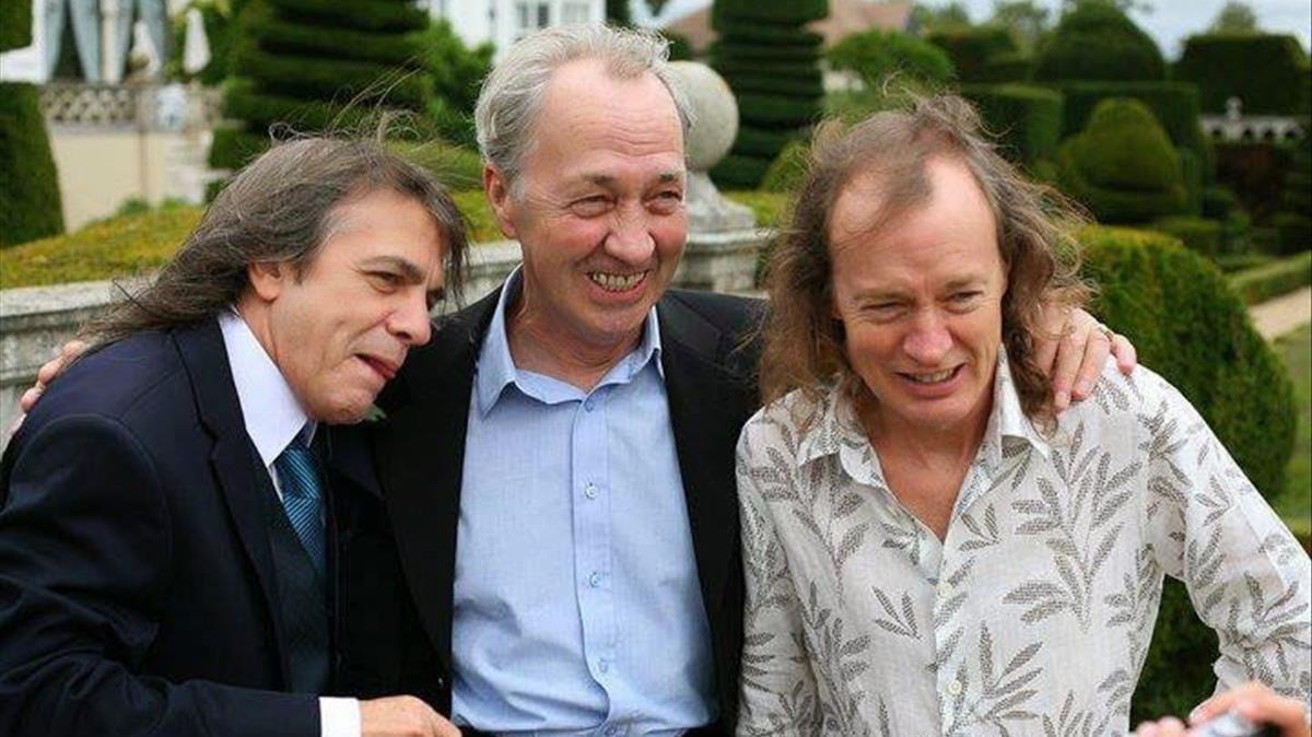 George Young, en el centro, junto a sus hermanos Malcom (izquierda) y Angus (derecha).