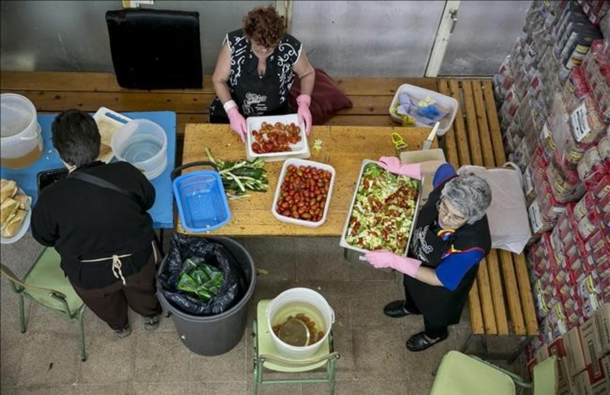Vecinas del barrio del Besòs preparan la comidapara el comedor solidario Gregal.