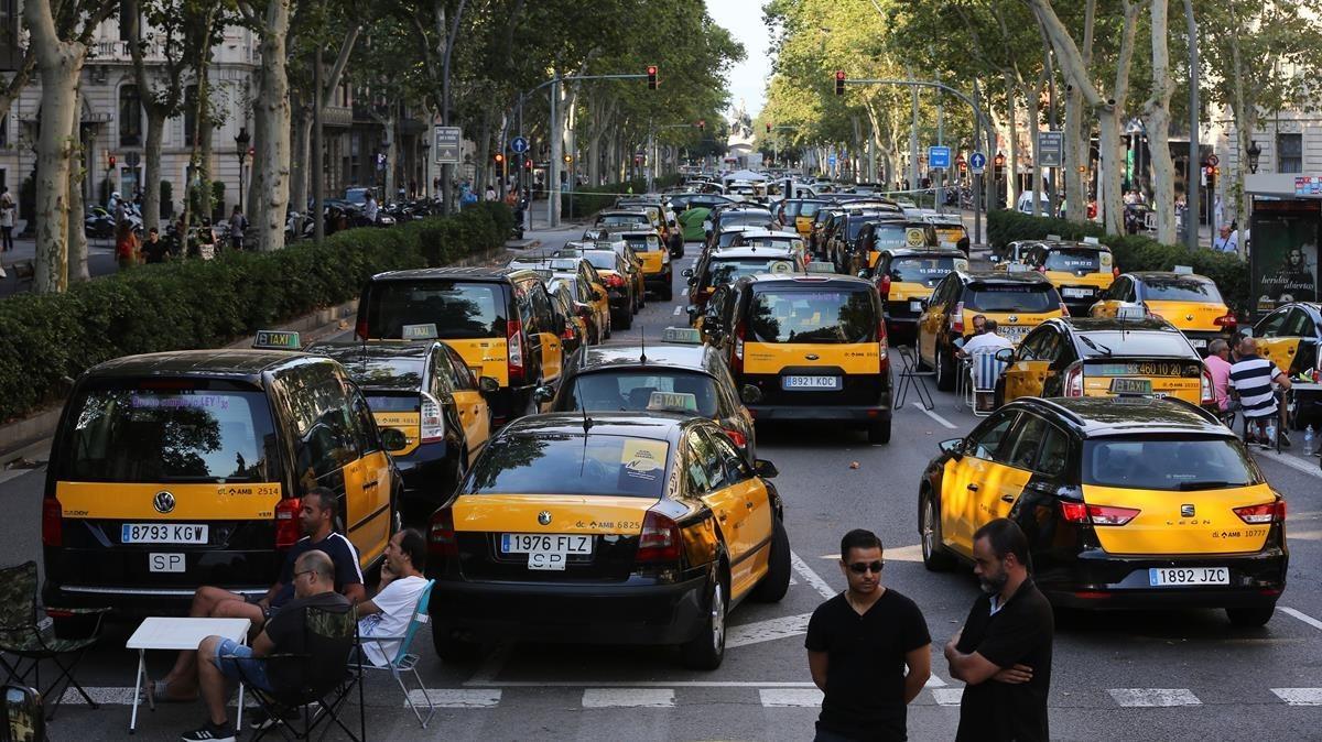 Huelga de taxistas en la Gran Via de Barcelona, el pasado julio.
