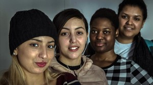 Maysa, Fátima, Shalott y Ángela, retratadas en elpiso que comparten en elRaval el pasado jueves.