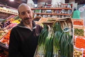 Jordi Daunés, de Fruites i Verdures Torrent, de Santa Caterina, muestra unos calçots.