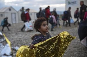 Una nena espera el permís per entrar al camp de registre avui després de travessar la frontera entre Grècia i Macedònia, a prop de la ciutat de Gevgelija.