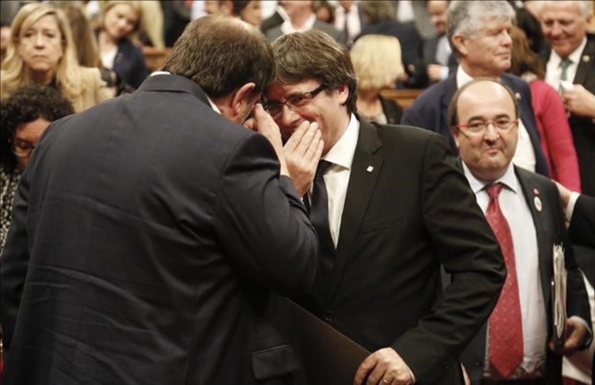 Independencia de Catalunya: Carles Puigdemont y Oriol Junqueras conversan en el hemiciclo del Parlament.