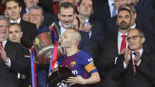 Iniesta besa la Copa del Rey ante el rey Felipe VI
