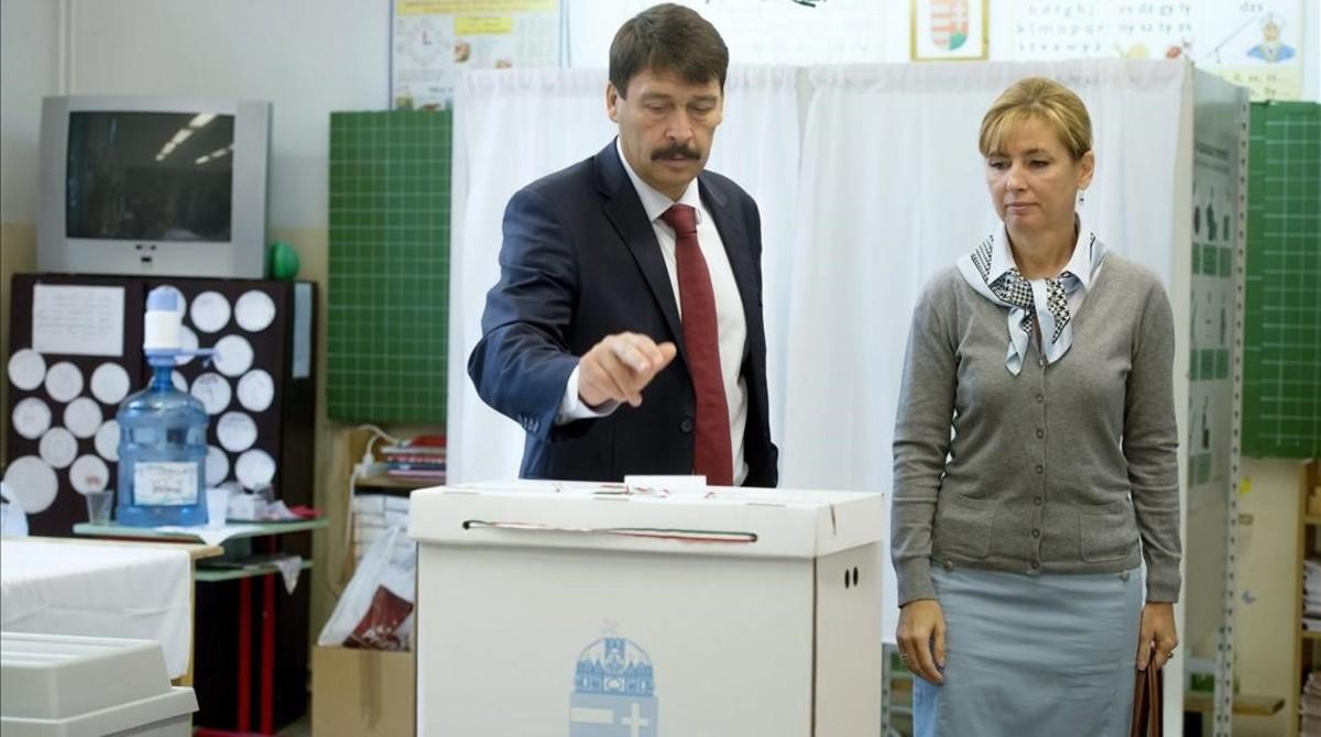 Janos Ader, presidente de Hungría, y su mujer, Anita Herczegh, en el momento de votar, en Budapest.