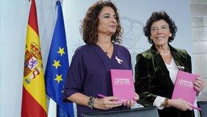 María Jesús Montero, ministra de Hacienda, e Isabel Celaá, portavoz del Gobierno, en la rueda de prensa posterior al Consejo de Ministros, el día mundial contra el cáncer de mama.