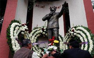 Una estatuta del cantante mexicano José José en la Ciudad de México.