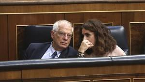 Los ministros Josep Borrell y María Jesús Montero, en el Congreso