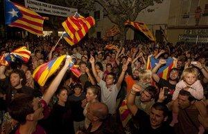 Los vecinos festejan el resultado de la consulta, el 13 de septiembre del 2009.