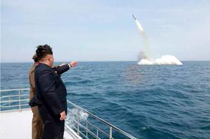 El líder norcoreano, Kim Jong-un, asiste al lanzamiento del misil submarino.
