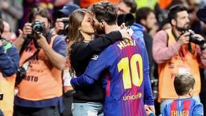 Messi se besa con su esposa Antonella. Con ellos, su hijo Thiago.