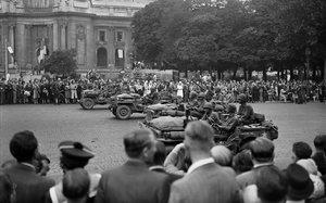 Las tropas aliadas desfilan por París tras la liberación de la capital francesa, el 26 de agosto de 1944.