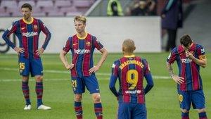 Lenglet, De Jong, Messi y Braithwaite tras encajar el 1-3 del Madrid.