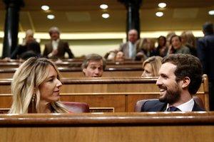 El líder del PP, Pablo Casado, y la portavoz parlamentaria del partido, Cayetana Álvarez de Toledo, durante la sesión de control al Gobierno.