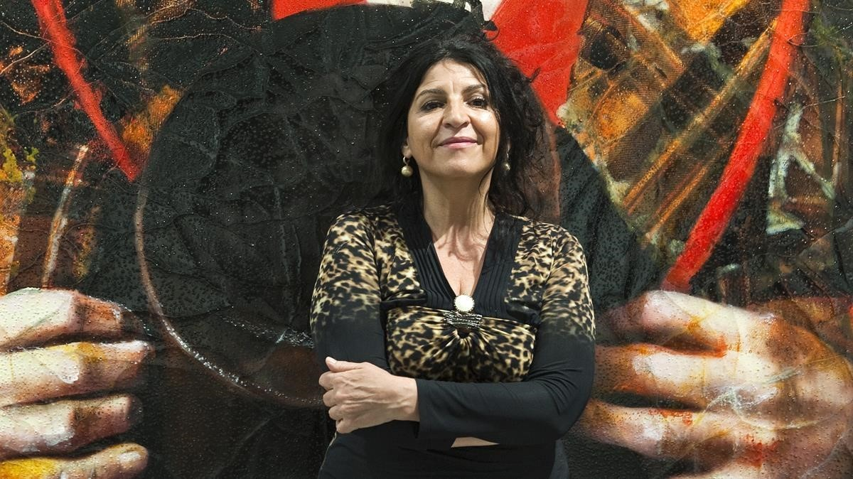 Lita Cabellut, frente a una de sus creaciones.