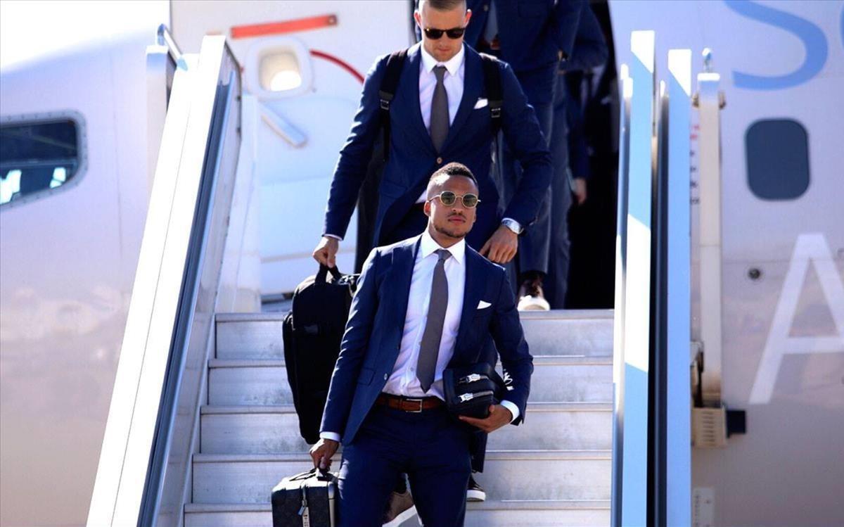 Los jugadores suecos, trajeados, a su llegada a Rusia.