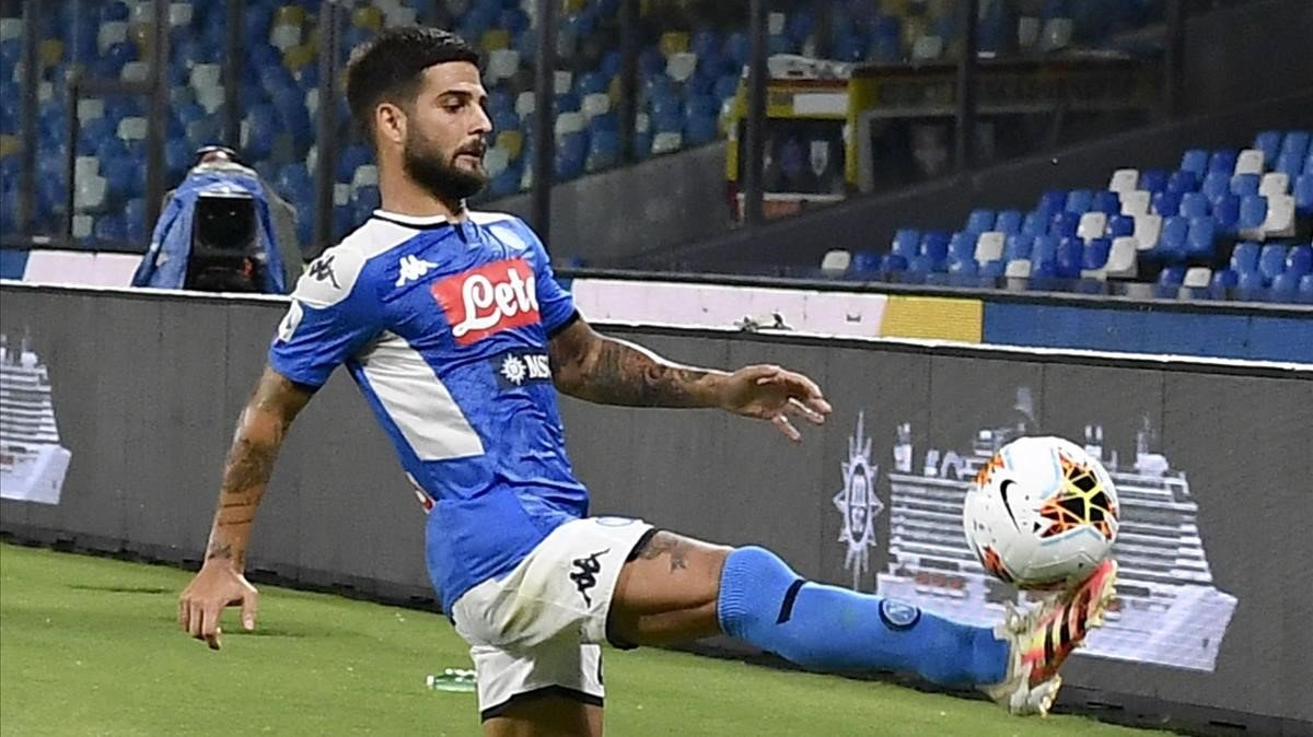 Lorenzo Insigne controla el balón junto a la línea de banda durante el Nápoles-Lazio.