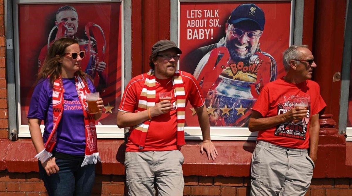 Los aficionados del Liverpool celebraron ayer el título de la Premier League.