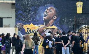 Los fans se agolpan para homenajear al fallecido Kobe Bryant.