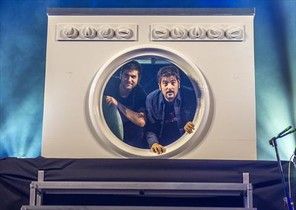 Los hermanos Muñoz salieron al escenario desde una lavadora gigante.
