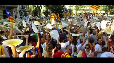 Los manifestantes sostienen las cartulinas con forma de punto, en alusión al lema de la manifestación ('A punt'), en Barcelona.