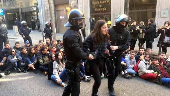 Los Mossos desalojan a un grupo de CDR delante de la Fiscalia Superior de Catalunya.