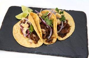 Los tacos de rabo en chile pasilla de Carlos Ortiz, chef de Chicalimoná.