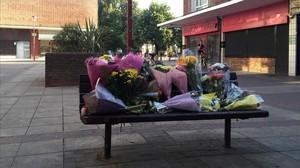 Los vecinos de Harlow, Inglaterra, han llenado un banco de ramos de flores en el escenario de la muerte de un inmigrante polaco, apalizado por un grupo de adolescentes.