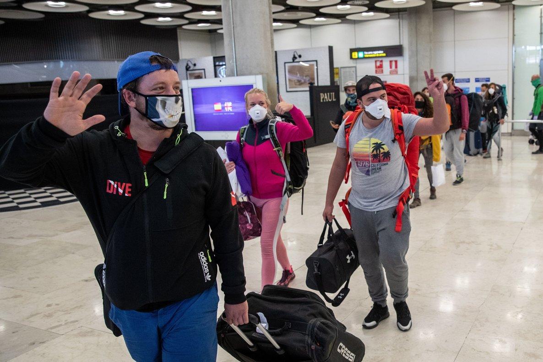 Varios pasajeros saludan a su llegada a la Terminal 4 del aeropuerto Adolfo Suárez Madrid Barajas, tras llegar a bordo de un avión procedente de Filipinas.