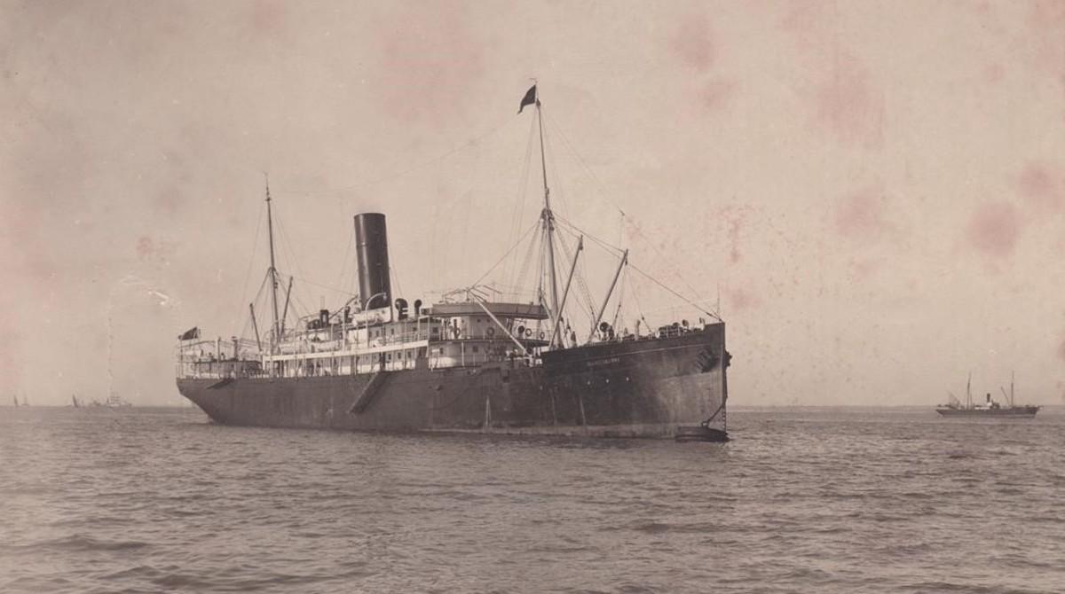 El vapor correo de Filipinas Carlos de Eizaguirre, fondeado, en una imagen captadaentre 1910 y 1914. Esta misma fotografía, con un plano algo más cerrado, se empleó para editar una postal antes del naufragio.