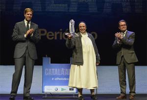 El Català de l'Any 2015recogerá el testigo que dejaLucía Caram, premiada en la anterior edición 2014. En la foto, la religiosa apareceflanqueada por el presidente del Grupo Zeta, Antonio Asensio, y Artur Mas.