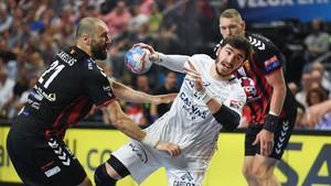 Ludovic Fàbregas peleando por un balón en la semifinal de la Champions League