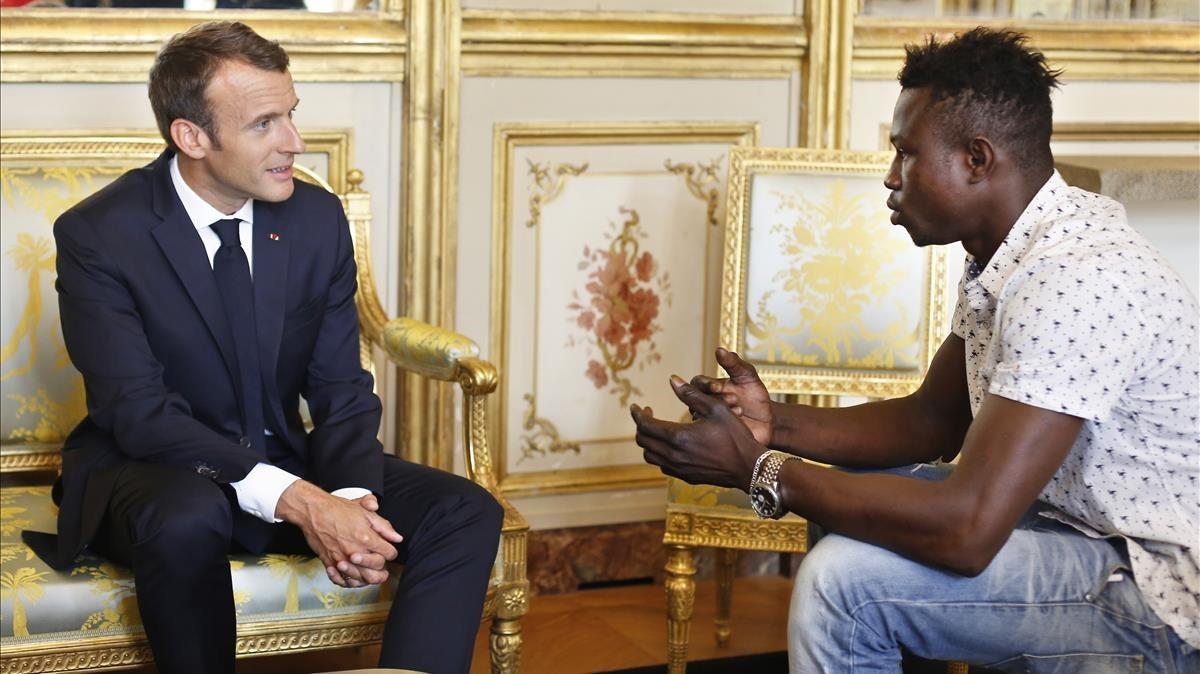 Macron recibe a Mamoudou Gassama.