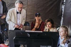 María Ripoll (con gafas) revisa una escena con sus actores.