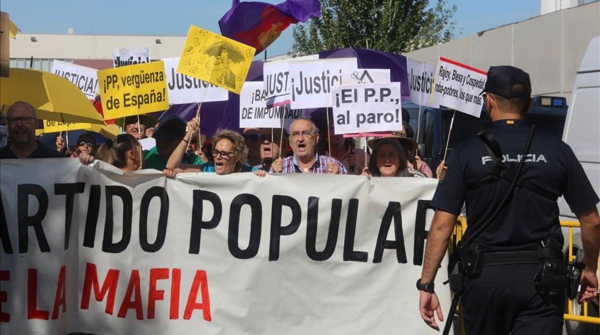 Manifestación ante la Audiencia Nacional, durante la declaración de Rajoy, este miércoles.