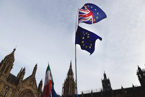 Un manifestante sostiene las bandera de Gran Bretaña y de la UE en una protesta ante el Parlamento británico, en Londres.