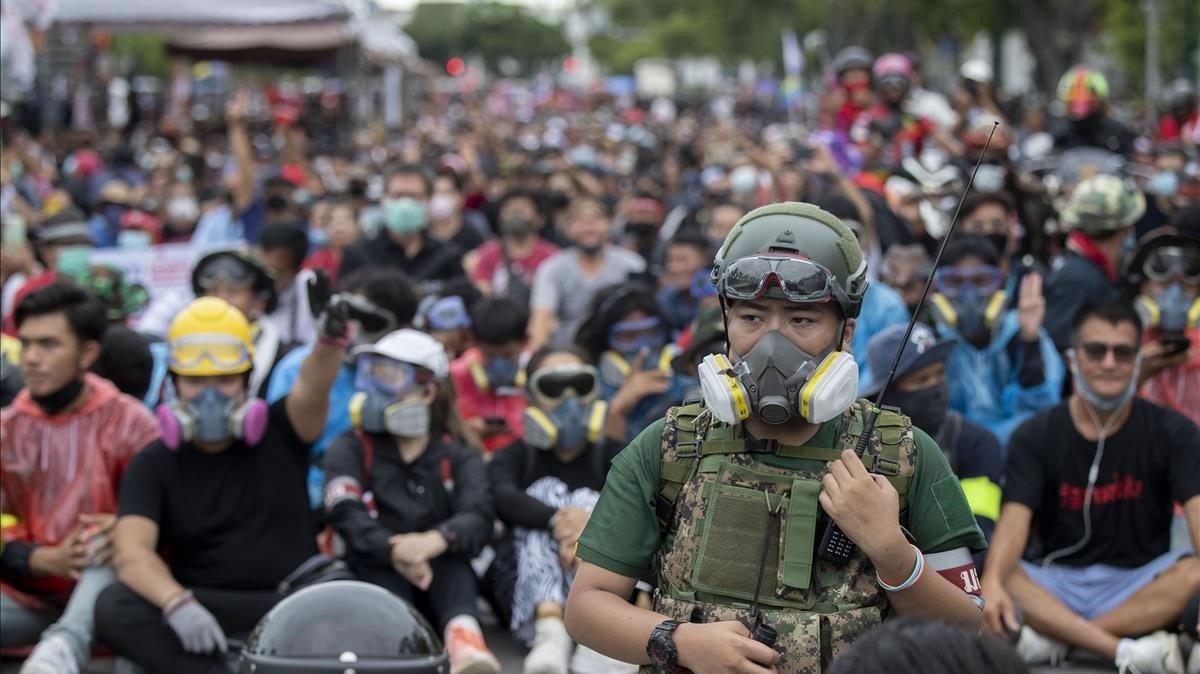 Manifestantes prodemocráticos, algunos de ellos con máscaras antigas, durante la protesta de este domingo en Bangkok.