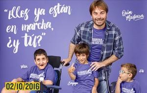 Quim Masferrer junto a tres niños, Víctor, Seryoga y Pol, son la imagen de la cursa solidariaEn marcha por la Parálisis Cerebral