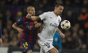Mascherano presiona a Ibrahimovic durante el partido disputado en la fase de grupos en el Camp Nou.