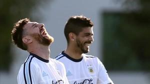 Messi sonríe ante Banega, su compañero de la selección argentina, en Buenos Aires.