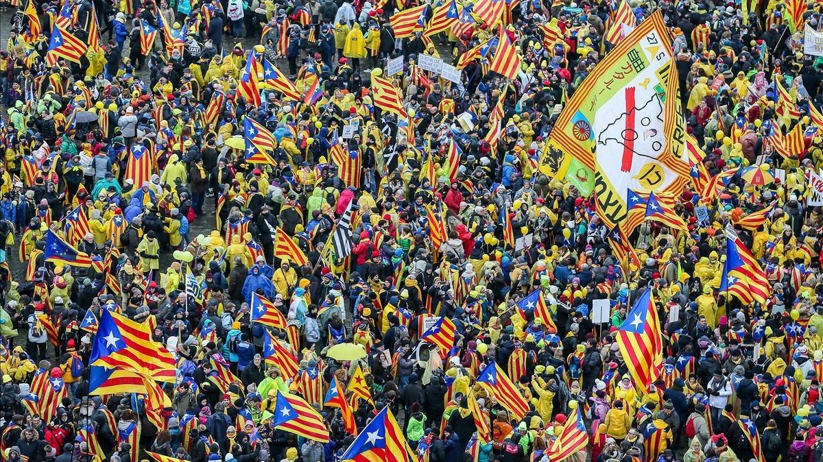 Miles de manifestantes se concentran en la explanada del Parque del Cincuentenario.
