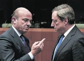 El ministro de Economía español, Luis de Guindos, y el presidente del BCE, Mario Draghi, durante una reunión del Eurogrupo.